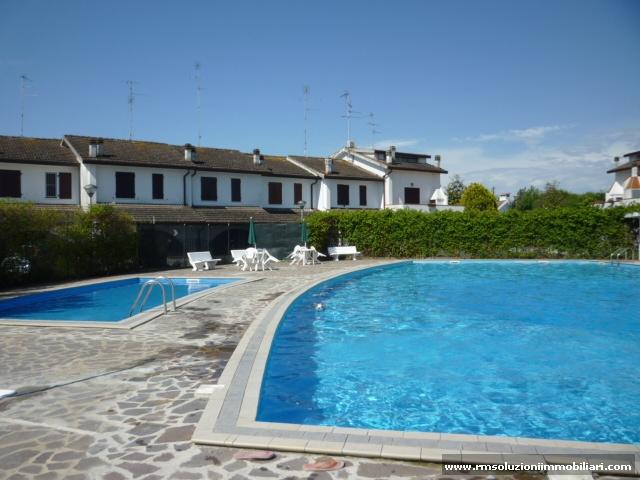 In vendita ai Lidi Ferraresi, in residence con piscine, villetta monolocale con spazioso giardino privato. - Piscina del residence