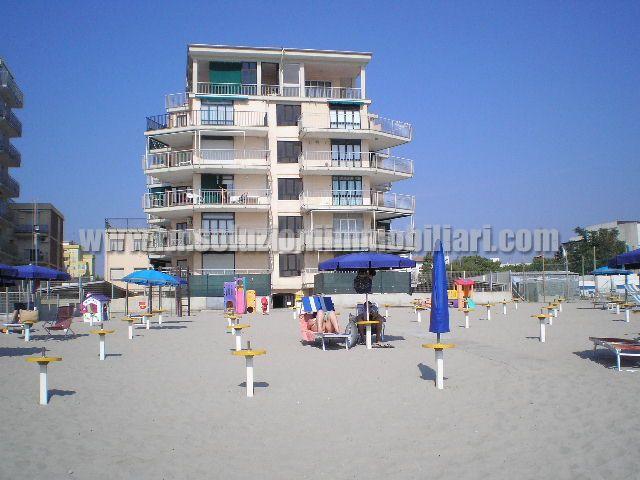 Centralissimo trilocale CON TERRAZZO VISTA MARE in condominio sulla spiaggia al Lido degli Scacchi CON POSTO AUTO NUMERATO. - l'esterno del condominio visto dalla spiaggia privata