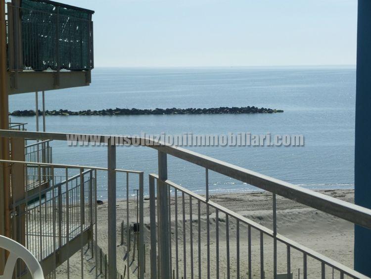Centralissimo trilocale CON TERRAZZO VISTA MARE in condominio sulla spiaggia al Lido degli Scacchi CON POSTO AUTO NUMERATO. - la bellissima vista mare dal terrazzo vivibile
