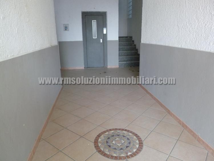 Affittasi appartamento trilocale a 50 mt dalla spiaggia, con balcone vista mare, al terzo ed ultimo piano con due camere matrimoniali. - l'ingresso condominiale