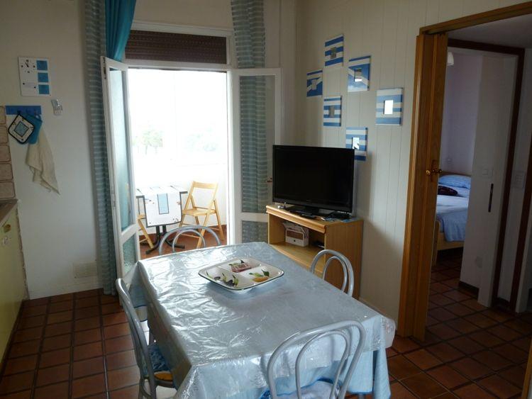 Affittasi appartamento trilocale a 50 mt dalla spiaggia, con balcone vista mare, al terzo ed ultimo piano con due camere matrimoniali. - il soggiorno con la poltrona letto singola