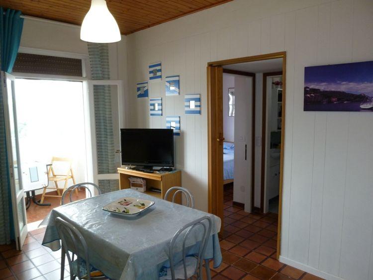 Affittasi appartamento trilocale a 50 mt dalla spiaggia, con balcone vista mare, al terzo ed ultimo piano con due camere matrimoniali. - il soggiorno
