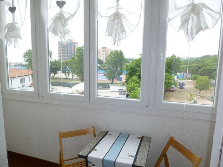 Affittasi appartamento trilocale a 50 mt dalla spiaggia, con balcone vista mare, al terzo ed ultimo piano con due camere matrimoniali. - il balcone