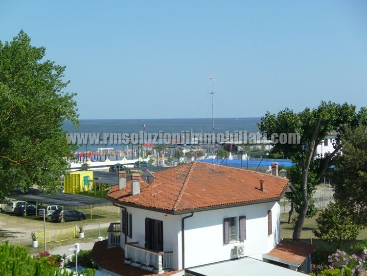 Affittasi appartamento trilocale a 50 mt dalla spiaggia, con balcone vista mare, al terzo ed ultimo piano con due camere matrimoniali. - la vista mare dal balcone