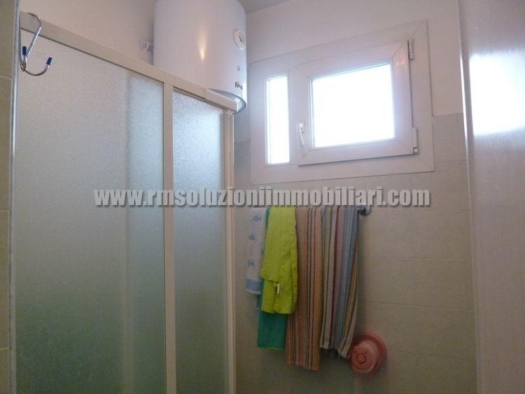 Tre locali con bellissima vista fronte mare in appartamento a 40 mt dalla spiaggia ai Lidi Ferraresi - il bagno con il box doccia
