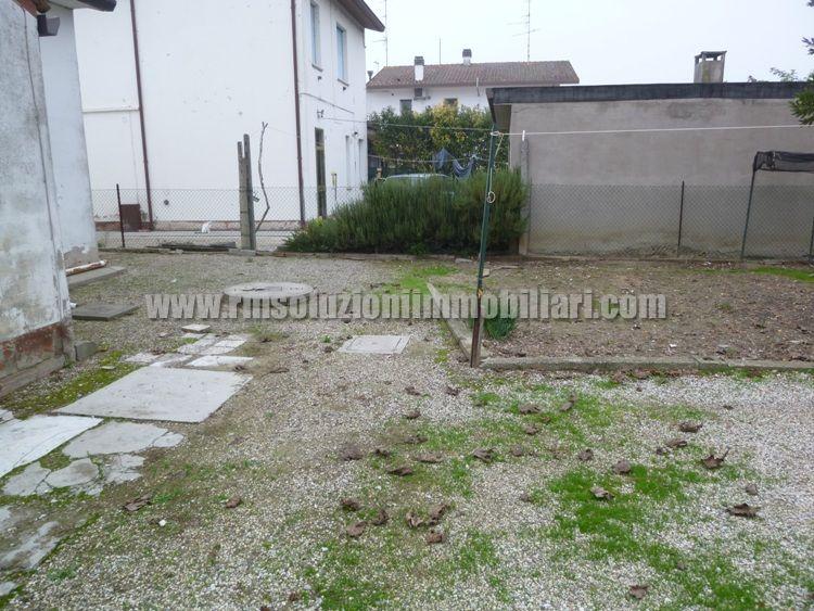 A San Giovanni di Ostellato centralissima villetta singola libera su quattro lati interamente sviluppata al piano terra con giardino privato. -